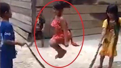 Video trẻ em Việt Nam dùng xác rắn nhảy dây lên báo Anh