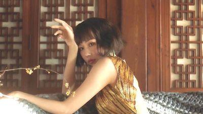 Min biến hóa liên tục với trang phục màu sắc ở MV 'Vì yêu cứ đâm đầu'