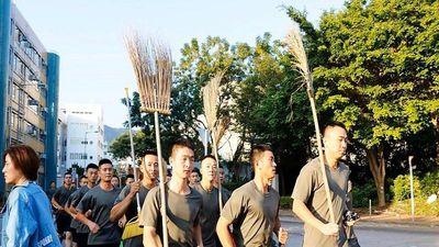 Binh sĩ Trung Quốc bất ngờ xuất hiện, dọn dẹp đường phố Hong Kong