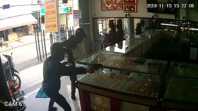 Video chi tiết và rõ nét nhất cảnh 2 tên cướp nổ súng lấy gần 1 tỉ đồng tiền vàng ở TP.HCM