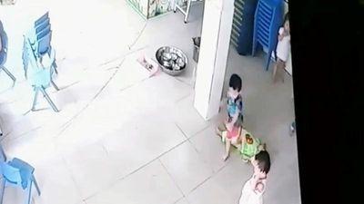 Bé trai 17 tháng tuổi bị 4 bạn cùng lớp giẫm đạp lên người
