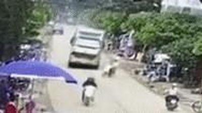 Hai thanh niên thoát chết khi chạy ẩu trước mũi xe tải