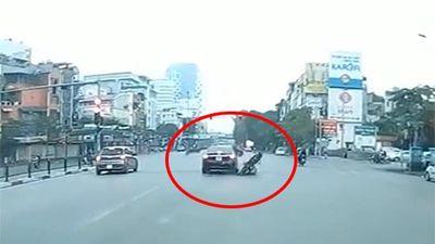 Clip: Đi xe máy mải bấm điện thoại, nam thanh niên tông thẳng vào đuôi xe ô tô
