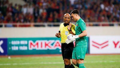 Tước bàn thắng của tuyển Việt Nam, trọng tài Oman bị chỉ trích nặng nề