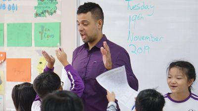Ngày Nhà giáo Việt Nam, thầy Tây được học sinh đấm lưng, tặng quà
