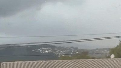 Lốc xoáy thổi bay mái nhà ở New Zealand
