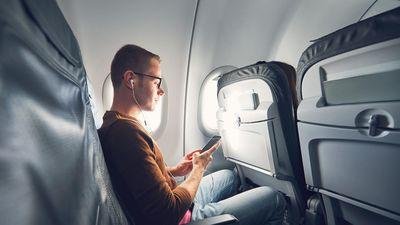 Vì sao điện thoại phải ở chế độ máy bay trong suốt chuyến bay