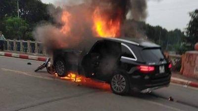 Kinh hoàng ô tô tông nhiều người rồi bốc cháy ngùn ngụt