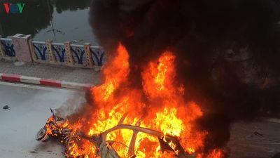 Hiện trường vụ xe Mercedes đâm chết người, nhiều xe bốc cháy dữ dội