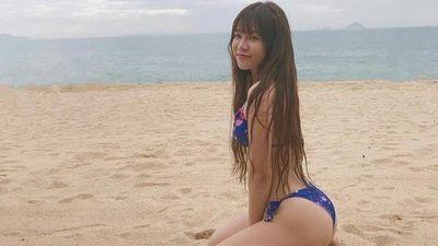 Bạn gái Lâm Tây mặc biniki, khoe thân hình trên cát