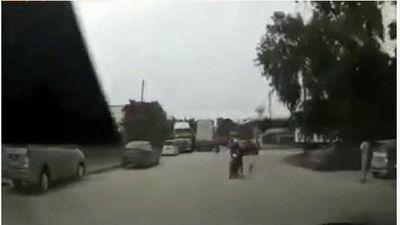Clip: Chết cười nhìn người đàn ông đi xe máy bị chó đuổi tông trực diện vào đầu ô tô, 'thủ phạm' dửng dưng quay đầu bỏ đi