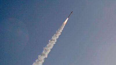 Tên lửa đánh chặn của Syria rơi ngay sau khi vừa phóng trong cuộc không kích của Israel