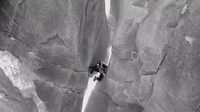 Cuộc giải cứu người mắc kẹt ở khe núi đá vào ban đêm
