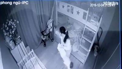 Gia chủ vắng nhà, người giúp việc bạo hành bé 1 tuổi