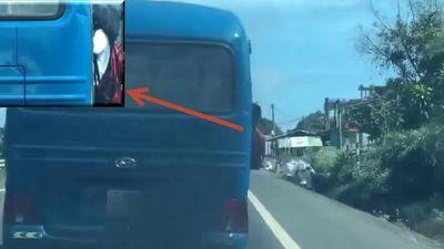 Clip nữ sinh bám cửa xe khách lên dốc trên quốc lộ 20 gây hoang mang