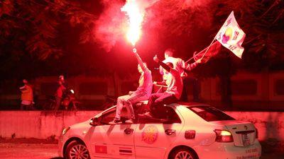 CĐV đốt pháo sáng cổ vũ U22 Việt Nam đấu với Campuchia