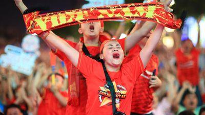 CĐV TP.HCM ăn mừng cuồng nhiệt khi U22 Việt Nam liên tục ghi bàn
