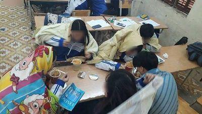 Gió mùa lại về soi cách học sinh 'khoác' chăn bông đi học