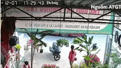 Clip: Kinh hoàng khoảnh khắc nam thanh niên lao đầu vào xe buýt tự tử ở Hà Nội