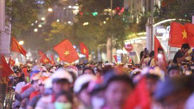 Clip: U22 Việt Nam vào chung kết SEA Games, CĐV 'đi bão' thâu đêm
