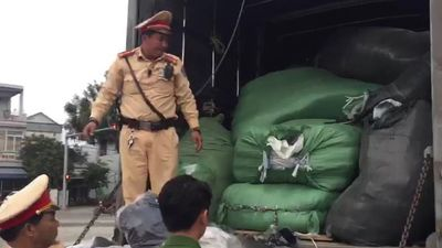 Ôtô tải chở 4 tấn hàng nghi nhái thương hiệu nổi tiếng