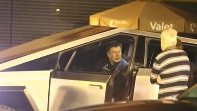 Elon Musk lái Cybertruck thiếu gương và đèn đi ăn tối