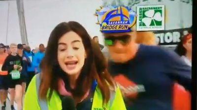 Người đàn ông sàm sỡ nữ phóng viên khi đang đưa tin truyền hình trực tiếp