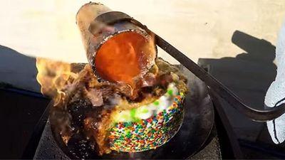 Khi đổ đồng nóng chảy lên bánh kem, điều gì sẽ xảy ra?