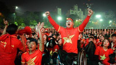 Fan quốc tế: 'VN thắng, đường phố biến thành những bữa tiệc khổng lồ'