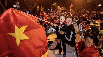 Tuấn Hưng và con trai đi bão đêm sau chiến thắng của U22 Việt Nam