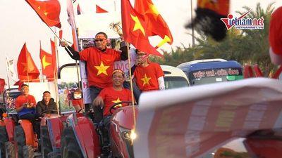 Đoàn xe kéo có 1-0-2 tiến về sân bay Nội Bài đón các nhà vô địch SEA Games