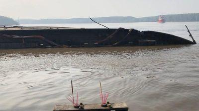 Vẫn chưa tìm thấy 2 người mất tích khi trục vớt tàu 8.000 tấn