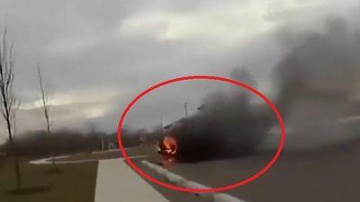 Cảnh sát dùng bình chữa cháy cứu tài xế bị kẹt trong ôtô