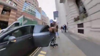Thót tim với anh chàng trượt patin vấp phải cửa ô tô bất ngờ bật mở