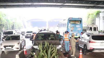 Tài xế ô tô chở thuốc lá lậu bỏ chạy khi gặp nạn