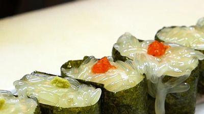 Người Nhật làm sushi từ trứng bạch tuộc tươi
