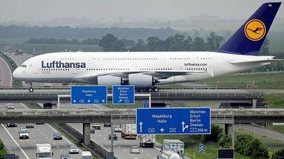 Máy bay đi qua cầu vượt đường cao tốc mỗi ngày tại Đức
