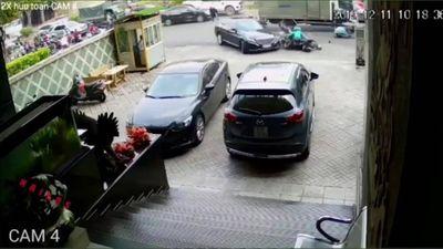 Kinh hoàng ô tô Mercedes 'nổi điên' tông gục nhiều người đi xe máy