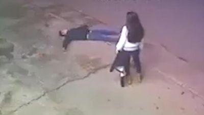Chàng trai dùng gạch tự đập vào đầu để níu kéo bạn gái