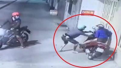 Cướp xe máy bất thành, gã trai giật giỏ xách của nạn nhân