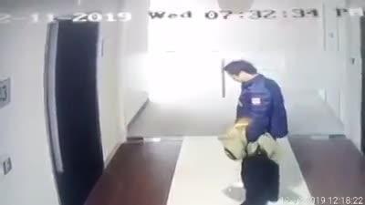 Người đàn ông thản nhiên tiểu bậy trong chung cư ở Hà Nội