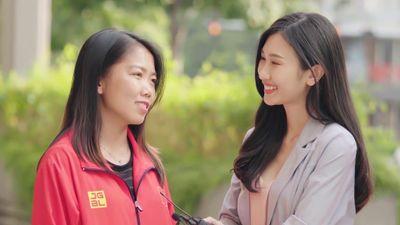 Hai tuyển thủ nữ Việt Nam đi xe máy đến giao lưu trực tuyến