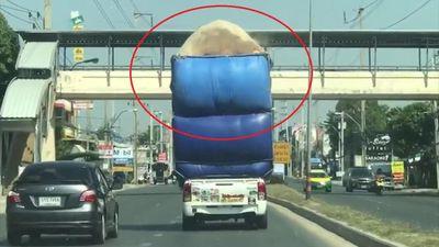 Xe bán tải chở cồng kềnh vương lúa mì khắp đường