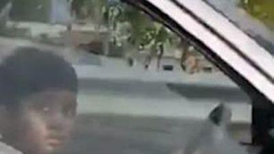 Bé trai 10 tuổi lái xe hơi chở người lớn gây phẫn nộ