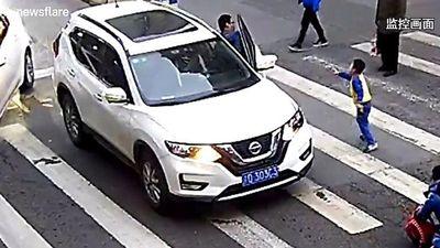 Hành động bất ngờ của bé trai khi hai mẹ con bị ôtô đâm