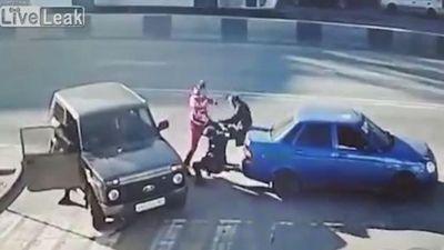 Tranh cãi sau va chạm, 2 người đàn ông bị tài xế ô tô hạ gục