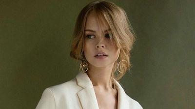 Người mẫu nội y Nga sở hữu 'mặt học sinh, thân hình phụ huynh' cực hút mắt