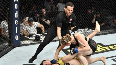 Nữ võ sĩ tung cú đấm 'búa tạ' khiến đối thủ 'ngoẹo cổ'