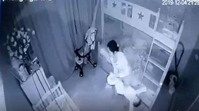 Nghệ An: Khởi tố, bắt tạm giam người giúp việc bạo hành bé gái 14 tháng tuổi