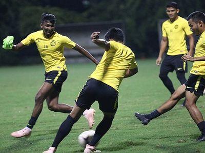 Buổi tập đầu tiên của tuyển Malaysia tại Hà Nội diễn ra với không khí vui vẻ, nhưng cũng rất tập trung khi toàn đội xác định có chuyến làm khách rất khó khăn trước tuyển Việt Nam này 16/11.